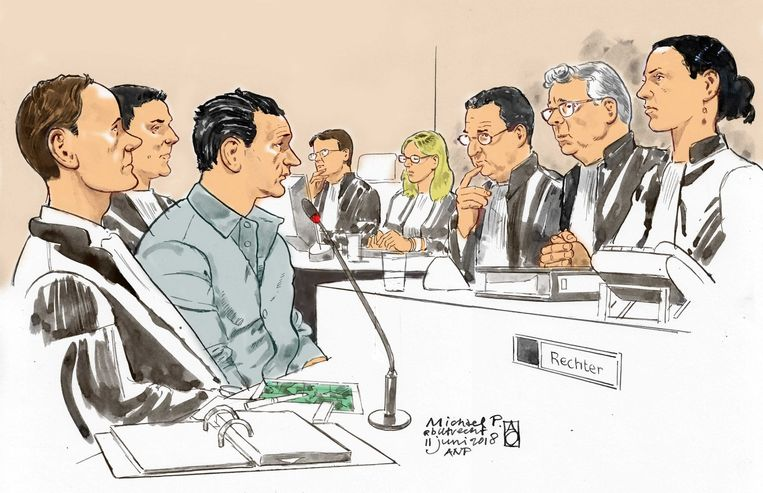 Michael P. (derde van links) tussen zijn advocaten en tegenover de drie rechters. Beeld ANP
