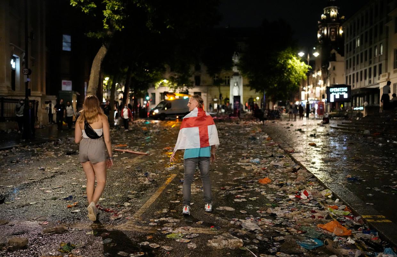 Engeland-aanhangers druipen zondagavond af in Londen.  Beeld AP