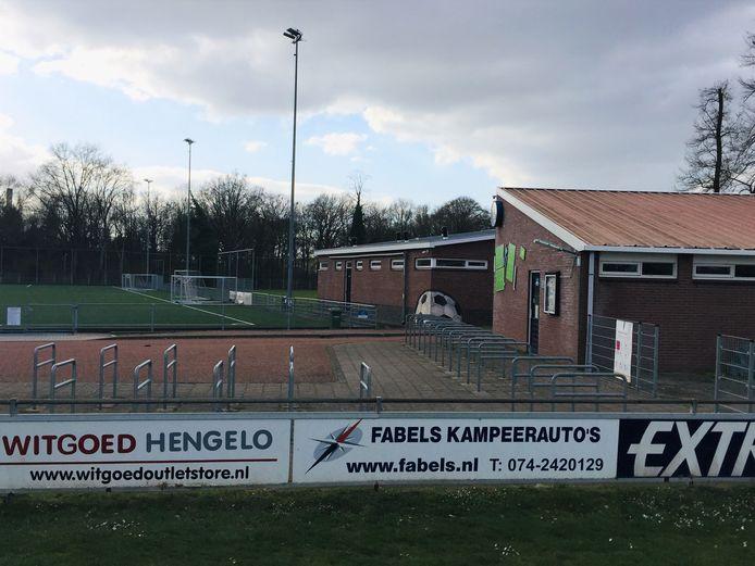 De kleedkamers en lichtmasten van HVV Hengelo.