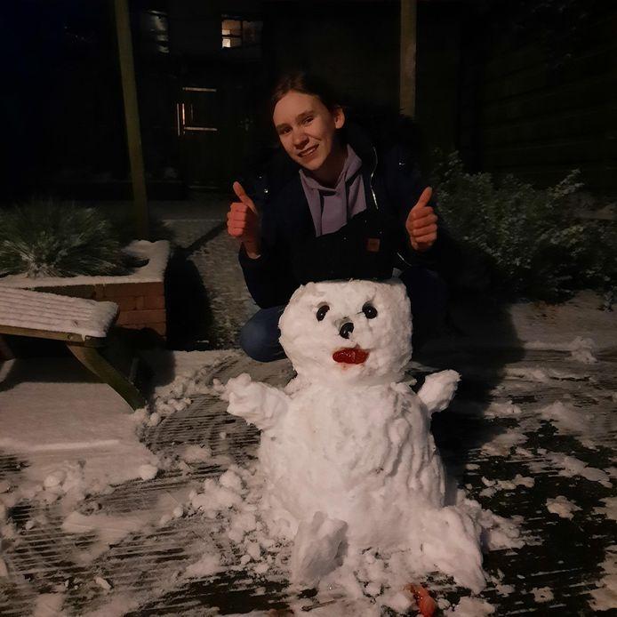 Romy Pragt kreeg het voor elkaar met bijna alle sneeuw uit de tuin in Rhenen.
