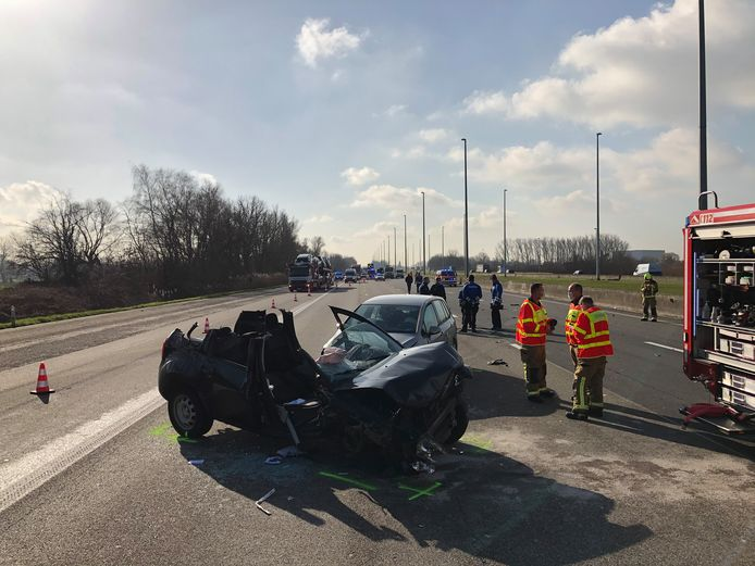 De E19 in de richting van Antwerpen is volledig afgesloten door een zwaar ongeval. Het verkeer moet via de pechstrook rijden.