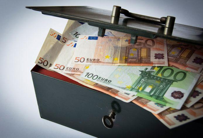 Een geldkist met geld.