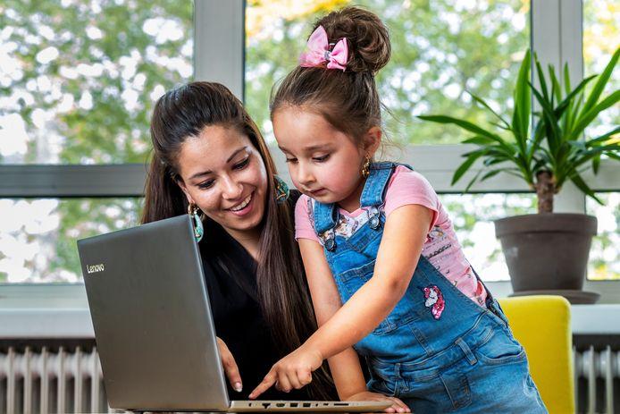 In veel gemeenten in Nederland krijgen minima hulp via de formule van Stichting Leergeld. Zo kregen deze moeder en dochter in Utrecht een laptop, onmisbaar bij het online onderwijs in het afgelopen coronajaar.