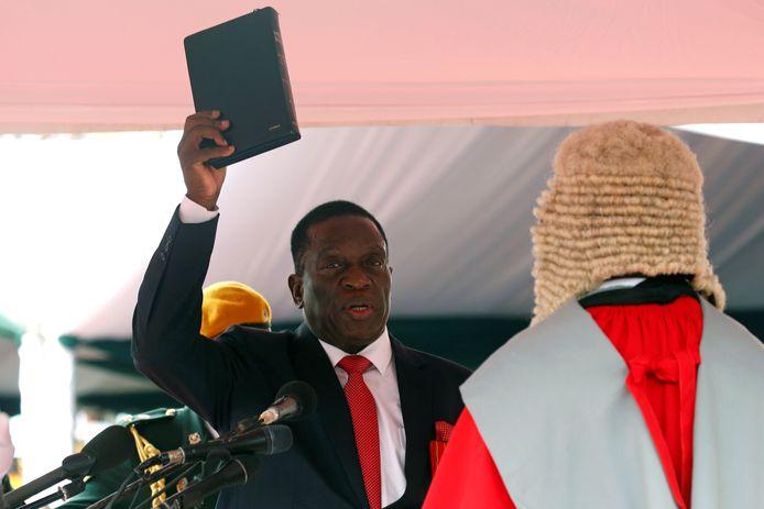 Mnangagwa legt de eed af en wordt ingezworen.