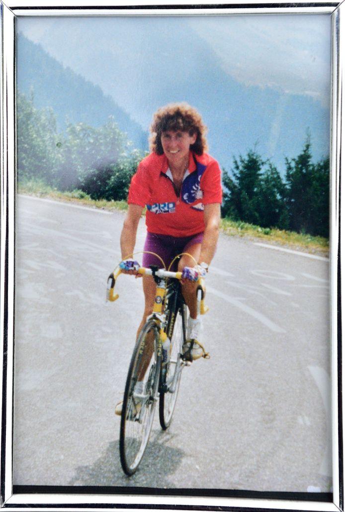 Ria, de overleden vrouw van Ton Snabel, op de fiets in de bergen.
