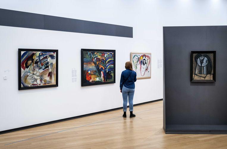 Het schilderij 'Bild mit Hausern' van Wassily Kandinsky in het Stedelijk Museum. Beeld ANP