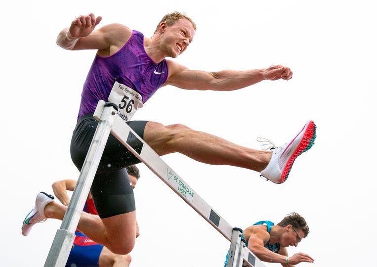 Meerkamper Rik Taam tijdens de 110 meter horden die hij wint in 14,71 sec. Beeld Klaas Jan van der Weij / de Volkskrant
