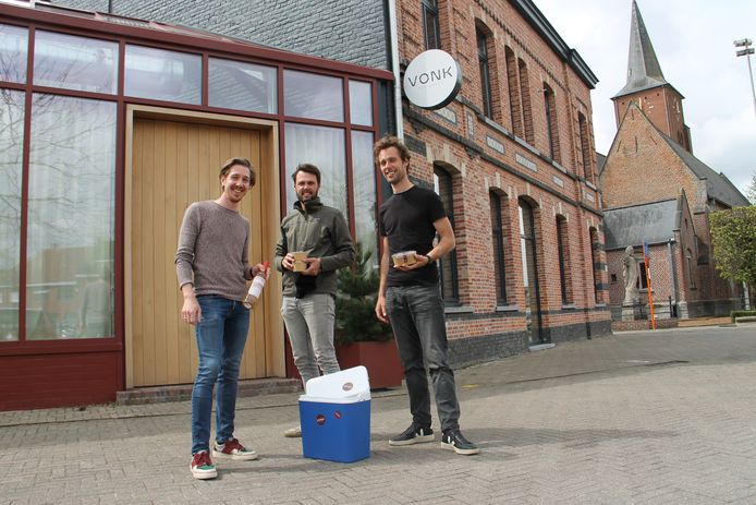 Zaalverantwoordelijke Frederick Slock met broers Stijn en Bart Hoornaert presenteren het picknickmenu voor frigoboxtoeristen waar Vonk mee uitpakt.