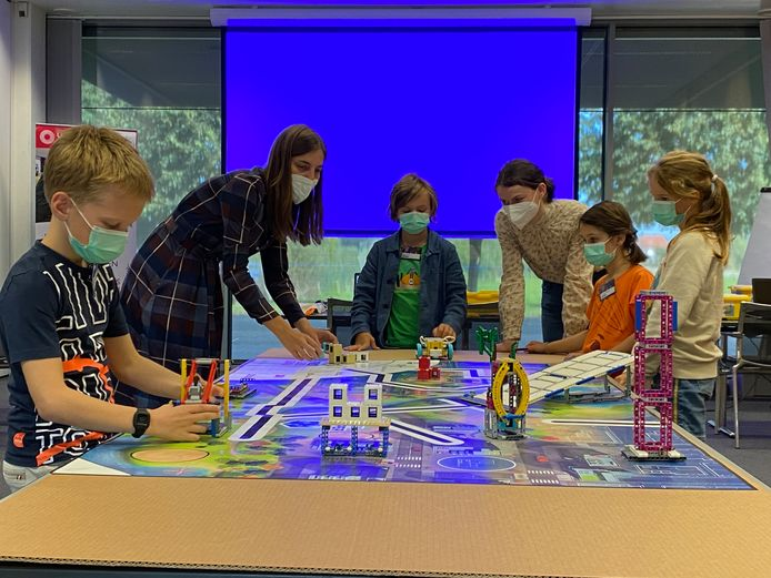 Voor de tiende keer werd 'Little Innovators' georganiseerd. In samenwerking met de Techniek- en WetenschapsAcademie van Hogeschool UCLL maakten dertig kinderen van Siemens-medewerkers tussen de 8 en 12 jaar tijdens interactieve workshops kennis met het vak van hun ouders en de wereld van STEAM-onderwijs.
