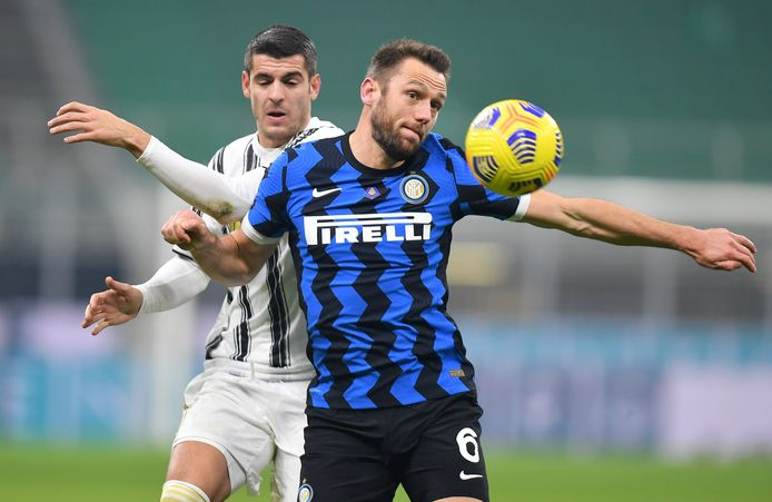 Stefan de Vrij wint voor Inter Milaan een duel tegen Juventus. De Ouderkerker werd zondag kampioen van Italië. Bij voetbalclub Spirit zijn ze trots op hun Stefan.