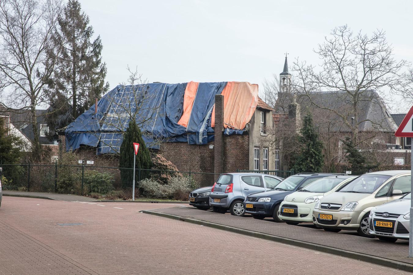 Verwaarloosde pastorie en met kerk op achtergrond aan de Lindestraat in Asten