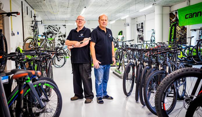 Ton en Kees (r) van Eijnsbergen op hun nieuwe werkplek in Zwijndrecht.