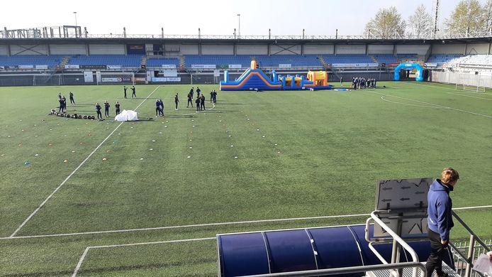 Stormbaan en boksles in het Herstaco stadion in Roosendaal.