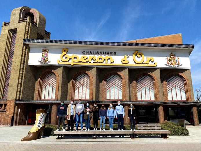 De acht studenten Handelswetenschappen van de UGent die aan het project werken, samen aan museum Eperon d'Or in Izegem.
