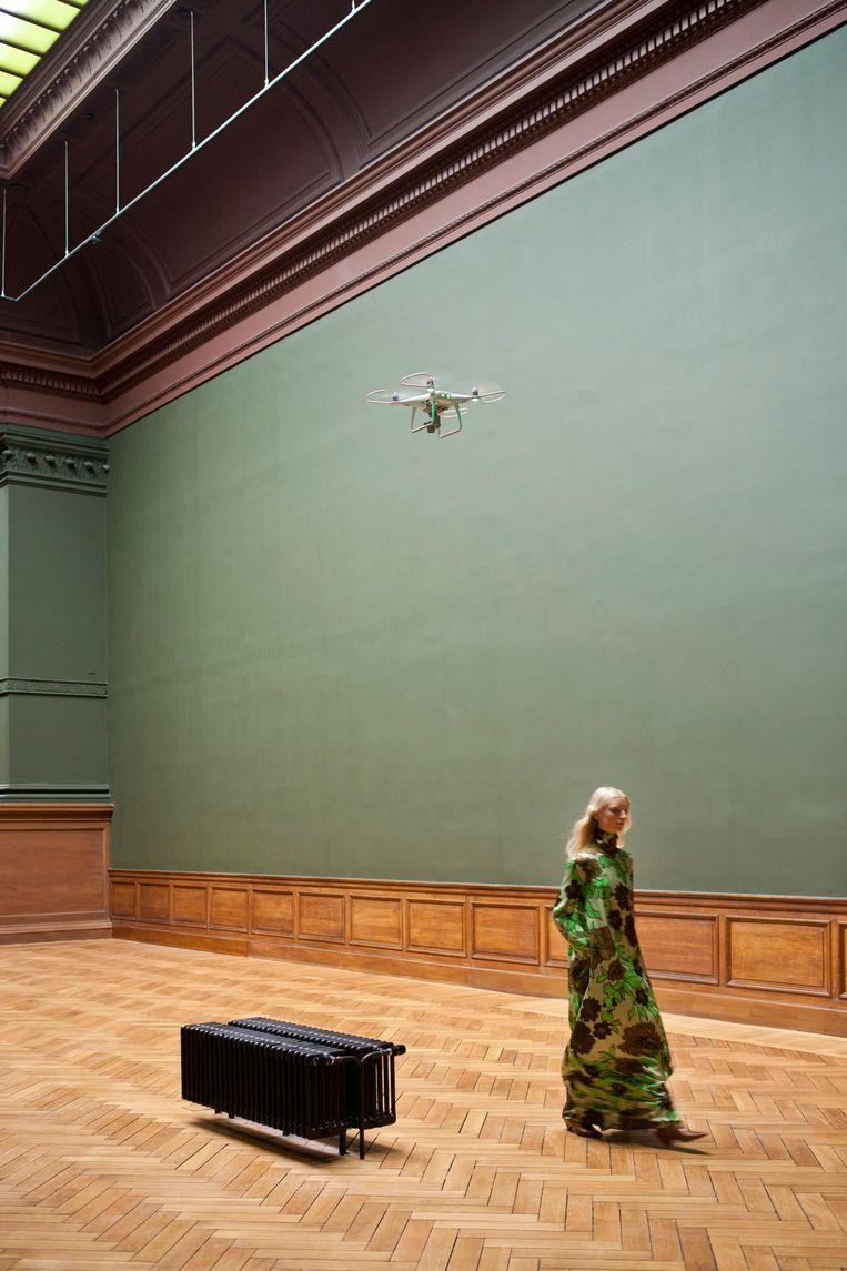 De stilte in het museum wordt enkel verstoord door het gezoem van een drone, en de voetstappen van de modellen. Beeld Marleen Daniëls