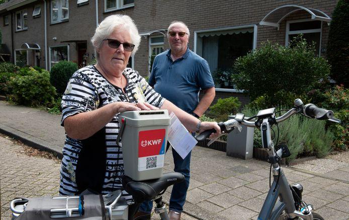 Veenendaal Echtpaar van Dijk met van de gestolen collectebus van het KWF