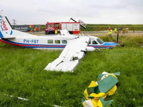 Vliegtuig met parachutisten crasht langs snelweg A50 door motorprobleem vlak na opstijgen