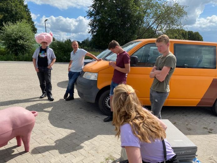Pieter Vlemminx met de kop van zijn varkenspak op, klaar voor vertrek naar De Bilt voor het boerenprotest.