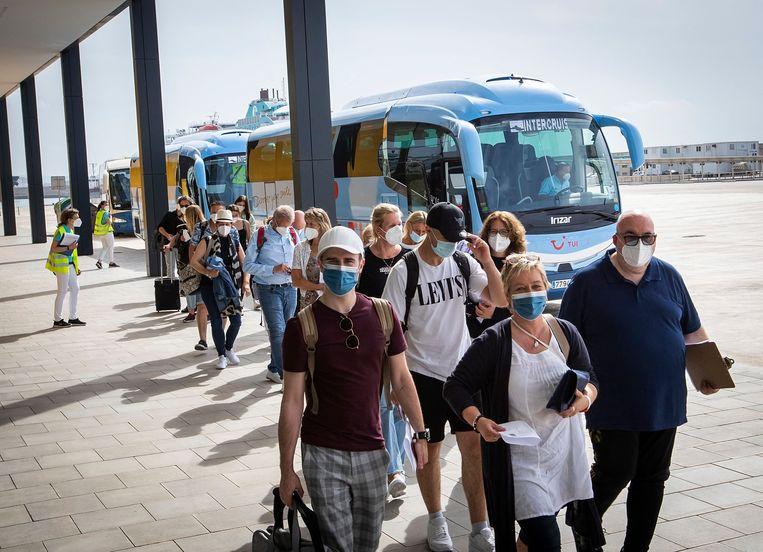 Passagiers gaan in  Palma de Mallorca aan boord van  cruiseschip Mein Schiff 2.  Beeld AFP