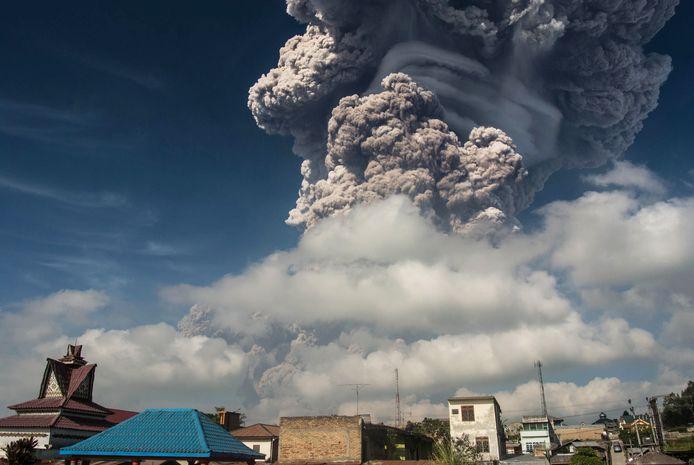 De vulkaan Sinabung spuwt kilometers hoge wolken met as uit