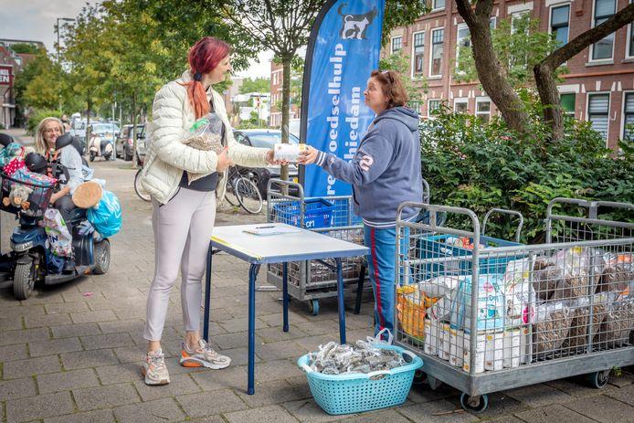 Bianca Smal (links) neemt haar pakket aan van Maria Lambregts.
