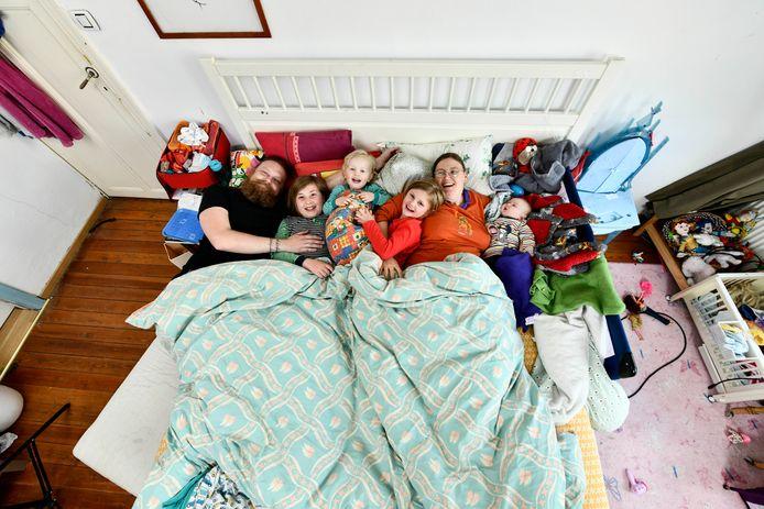 David en Jolien met hun vier kinderen.