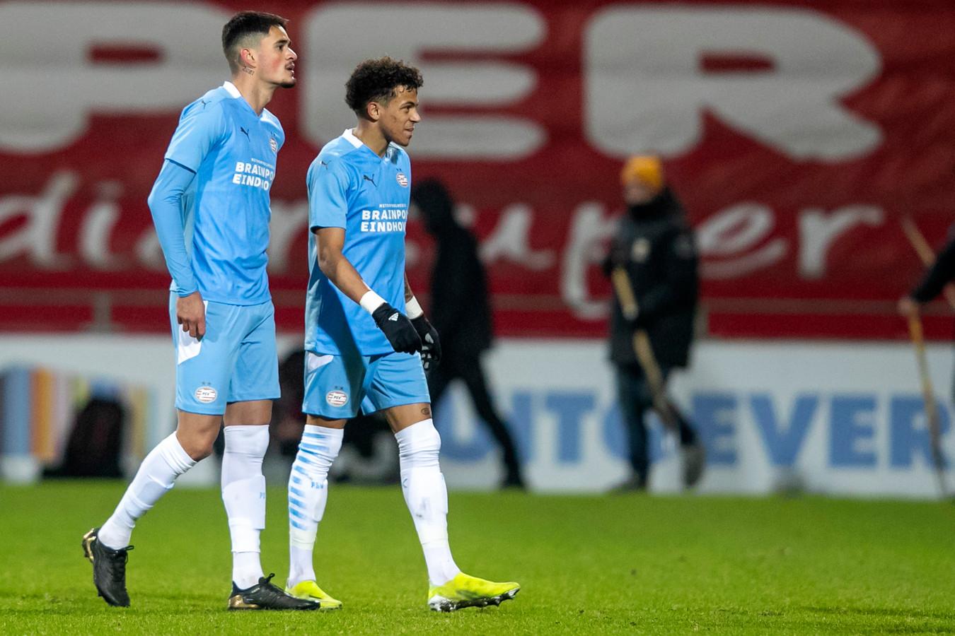 Luis Felipe en Jeremy Antonisse na het door Jong PSV verloren duel met Go Ahead Eagles.