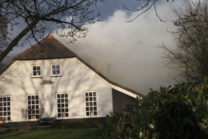 Veel rook uit de woonboerderij in Dedemsvaart.