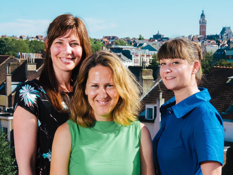Ngo-directeurs Els Hertogen (11.11.11), Eva Smets (Oxfam-Solidariteit) en Valerie Del Re (Greenpeace) op het dak van het 11.11.11-hoofdkantoor in Brussel. Beeld Damon De Backer