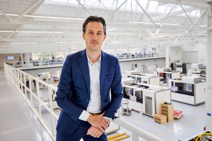 Mark Vaes kijkt uit op een volle werkplaats waar de metaalprinters in elkaar worden gezet.