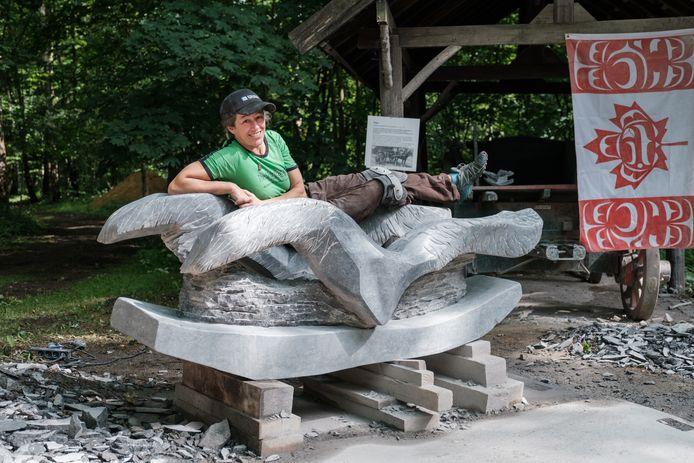 Canadees beeldhouwster Julie Glaspy op haar resultaat