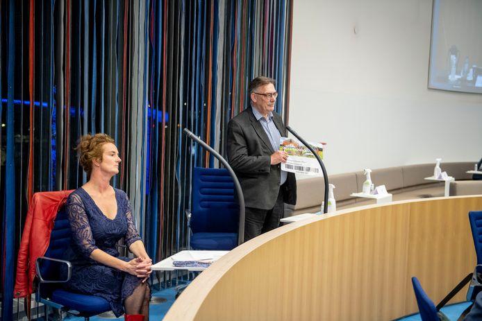 Bibliotheekdirecteur Gert-jan Sweep en cabaretière Nathalie Baartman (links) overhandigen in de raadszaal een petitie met handtekeningen tegen de forse bezuinigingen op de Almelose bibliotheek.