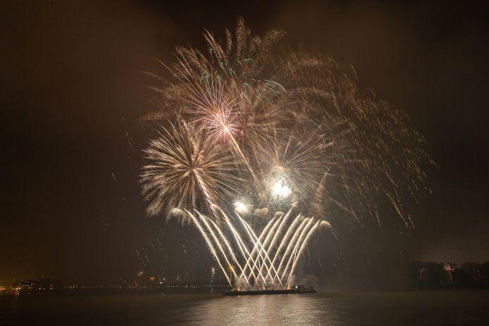 De eerste vuurwerkshow tijdens de jaarwisseling 2019 - 2020 boven het drierivierenpunt.
