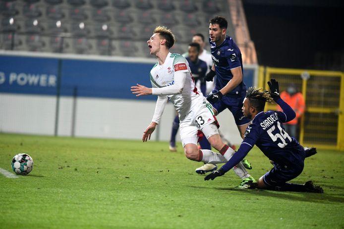 Het moment waarop Anderlecht het over zichzelf afriep: Sardella legt Maertens tegen de grond in zijn eigen zestien.