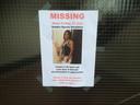 Op de voordeur van de flat hangt een opsporingsbericht