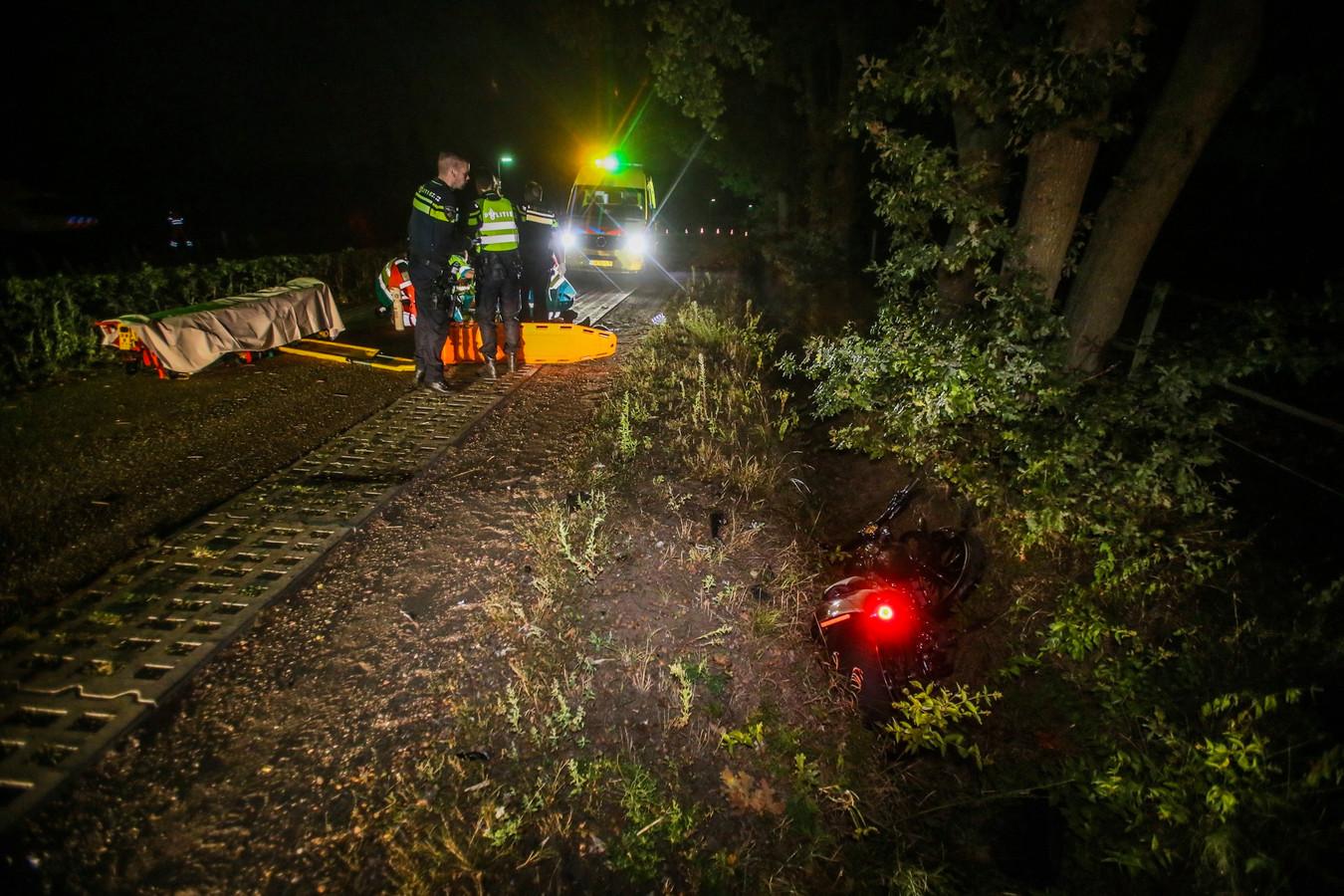 Motorrijder zwaargewond na botsing met auto in Ommel.
