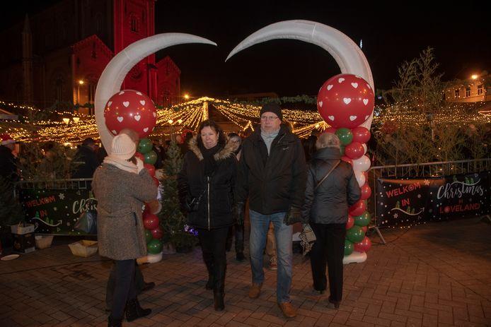 Er hangen in totaal 50.000 lampjes op de kerstmarkt .