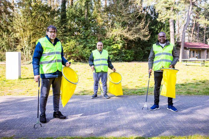 Asielzoekers Abdul Kadar Assi (51), Ahmed Kilo (44) en Andres Herrera (37), van links naar rechts, gaan als 'meedoeners' afval verzamelen in Oisterwijk.