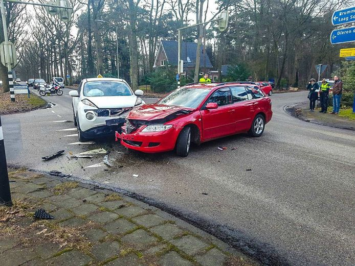 Beide auto's raakten zwaarbeschadigd door het ongeval.