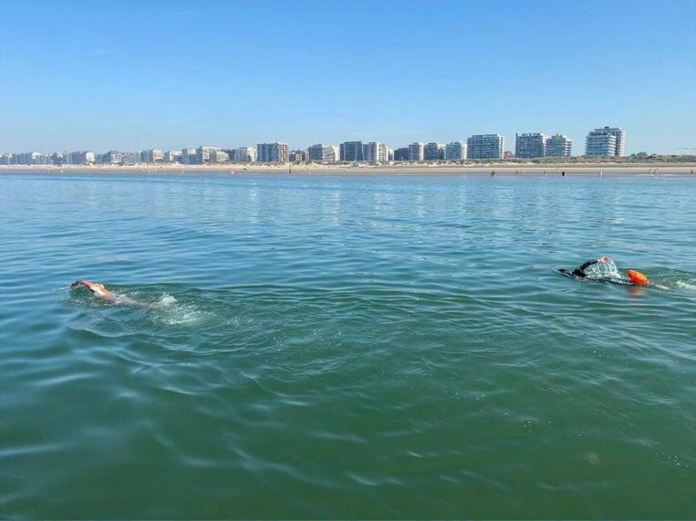 Matthieu Bonne zwemt de kustlijn af. Beeld Facebook Matthieu Bonne