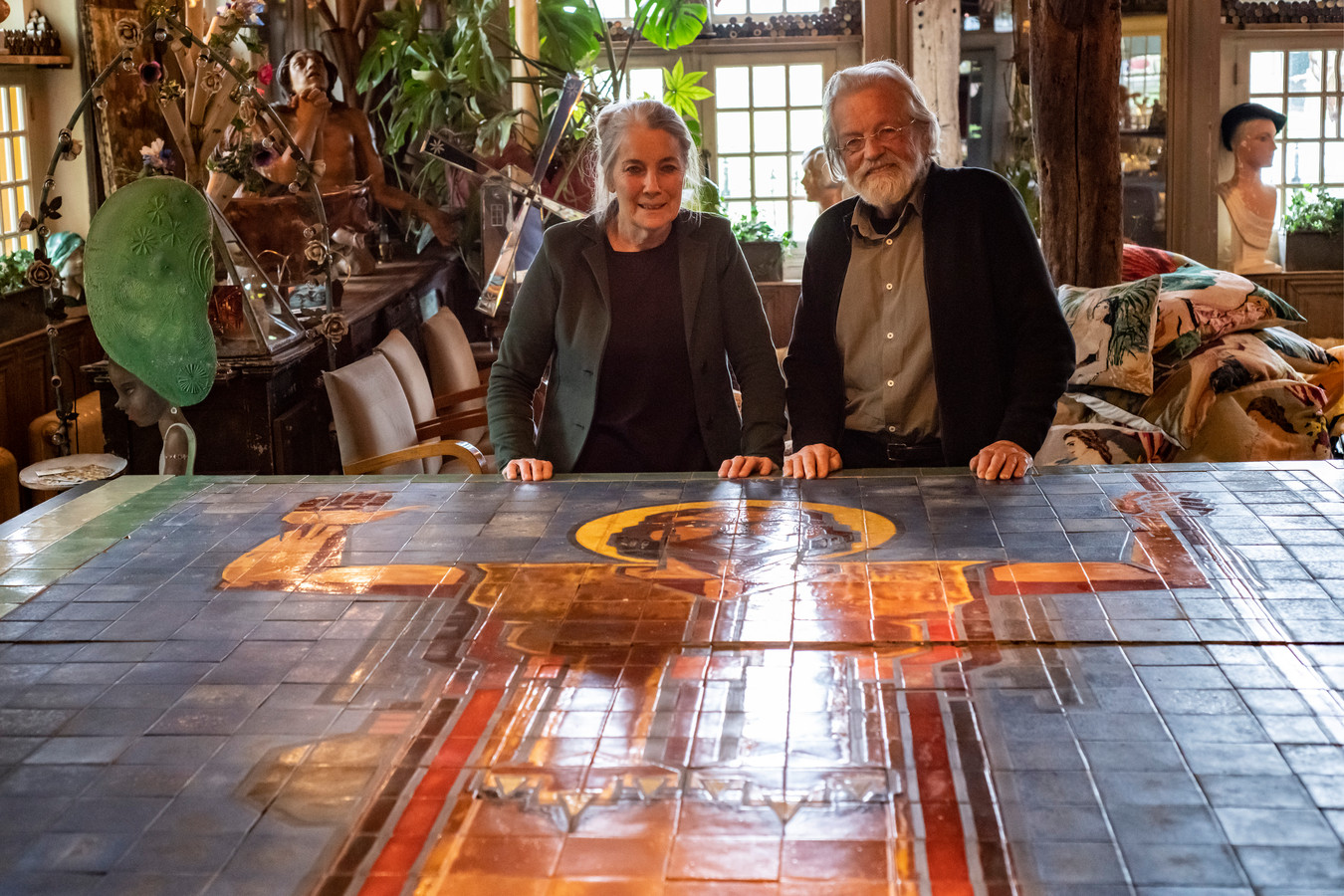 Marcel en Angèle van Riel puzzelden het tegeltableau van Johannes de Doper in elkaar.