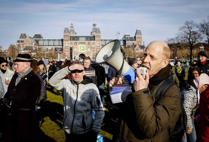 Tinus Koops (r.) en andere demonstranten tijdens een demonstratie op het Museumplein.