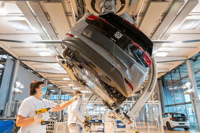 In de Volkswagen-fabriek in Dresden werkt personeel aan de volledig elektrische ID.3. Beeld Matthias Rietschel