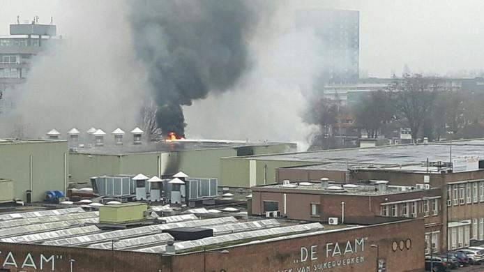 Grote brand bij oude Faam-fabriek in Breda. Veel rook trekt richting het noorden.
