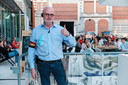 Johan Hendrickx is meer dan tevreden over hoe de eerste wedstrijd verloopt op zijn terras aan Het Theatercafé.