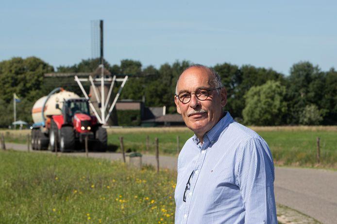 Cees van Doorn op de Gorsselse Enkweg. Achter hem komt een landbouwvoertuig aanrijden. Als het aan het regionale samenwerkingsverband Cleantechregio ligt fietsen hier straks fietsers tussen Deventer en Zutphen. ,,Dit is toch geen optie.''