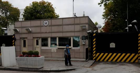 Een bewoners van Ankara loopt langs de gesloten poorten van de Amerikaanse ambassade.