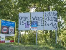 Verkiezingsbord beklad in Sint Philipsland: 'Ook voor Mark Rutte is er een kist'