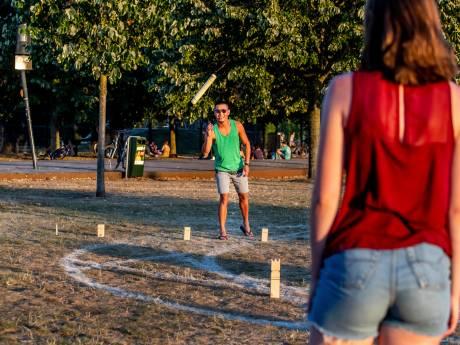 Ineens zie je in ieder Utrechts park mensen houten blokken naar elkaar gooien