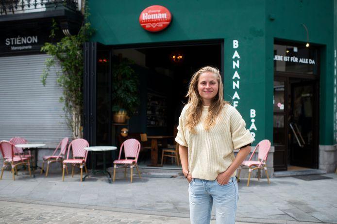 Katrien De Bruyn aan de gloednieuwe Bananafishbar op de Troonplaats.